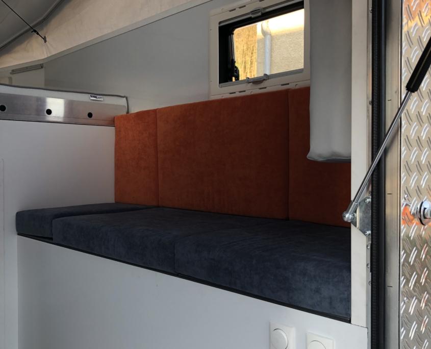 Expeditonsfahrzeug Wohnkabine - Blick auf die Sitzbank